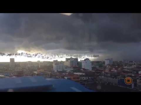 UFO Sightings 2017 – UFOs Caught On Tape – UFO makes smoke trail over New York city